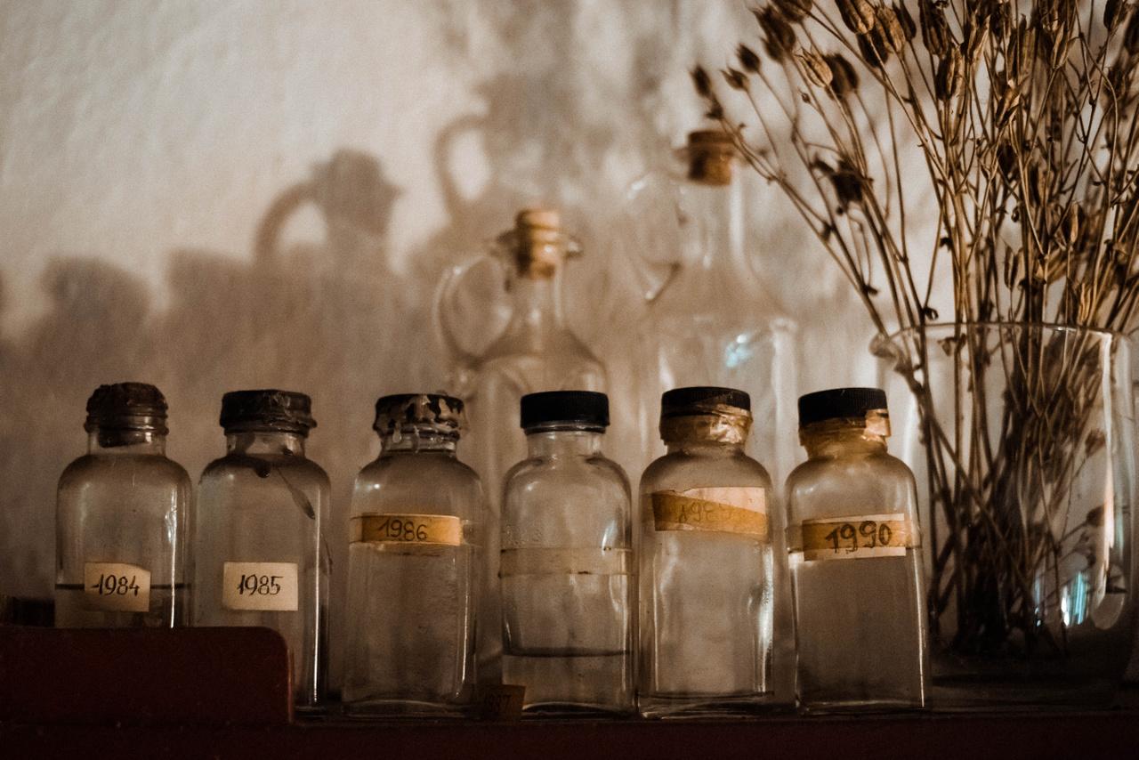 """""""Nagymamám 7 szilvafát ültetett. Az üvegcsékben a termésből készült pálinkák, illetve azok maradékai láthatók″ – értelmezi a képet Mohos Zsófia."""