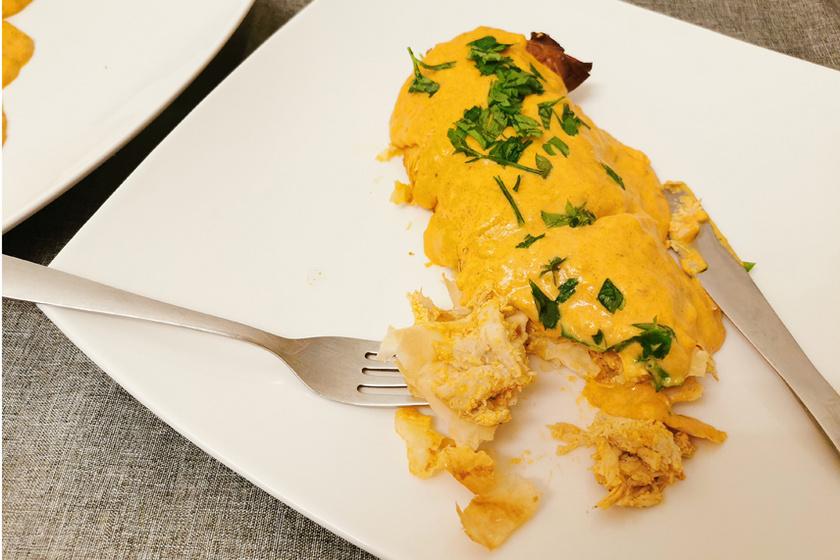 Rétesbe csomagolt csirkepaprikás rengeteg szafttal – A látványos fogás egyszerűen készül