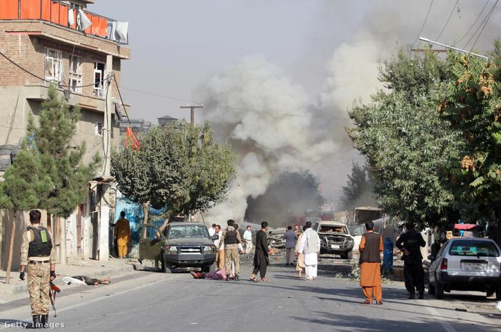 Sérült gépjárművek az afgán elnökhelyettes Amrullah Saleh konvoja ellen elkövetett támadásban Kabulban 2020. szeptember 9-én