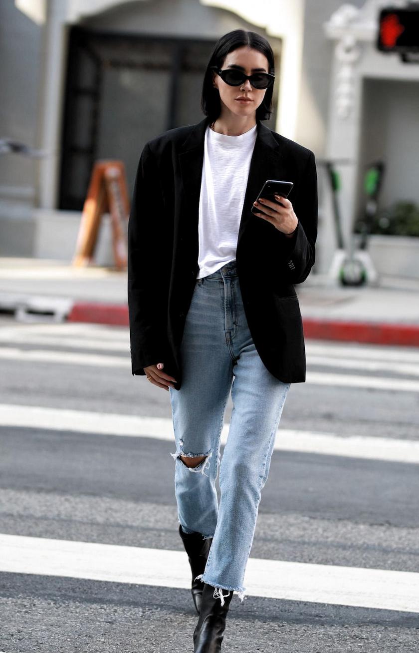 Egy lezser farmer is csinosabb lesz, ha egy fehér pólóval, egy fekete blézerrel és egy elegánsabb bokacsizmával viseled. Ha még kifinomultabb hatást szeretnél, ne szaggatott, hanem egyszerű, skinny nadrágot válassz.