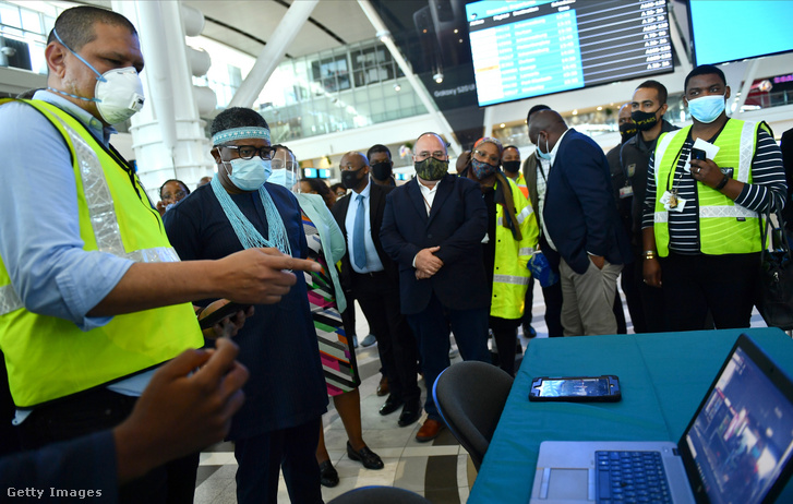 Fikile Mbalula, Dél-Afrika közlekedési minisztere látogatja meg Cape Townban a nemzetközi repülőteret 2020. szeptember 24-én