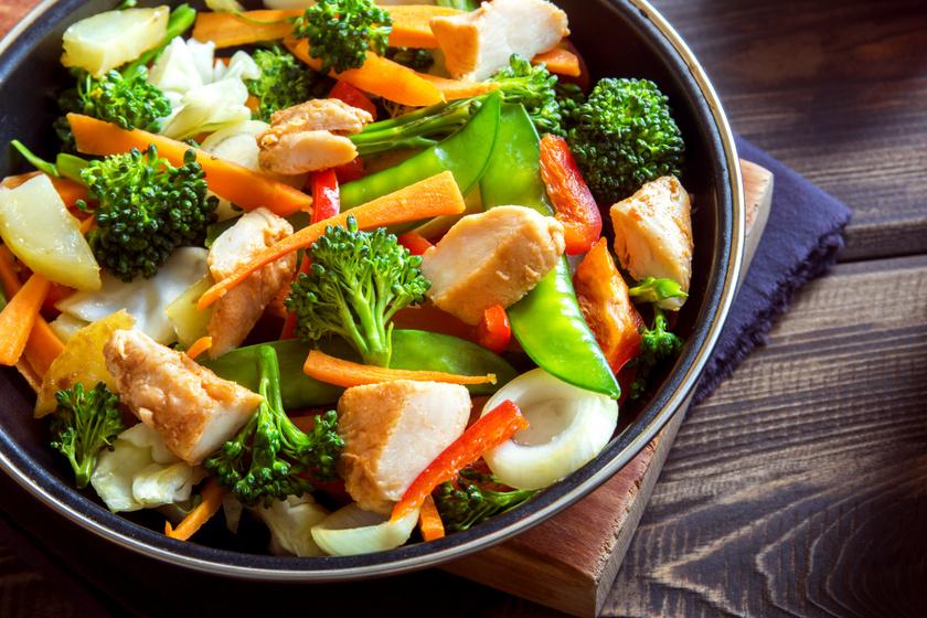 A tepsis, serpenyős ételekben az a jó, hogy gyorsan és változatosan elkészíthetők. Rakd bele a serpenyőbe a megmosott, megtisztított zöldségeket, ez lehet brokkoli, zöldbab, borsó, répa, locsold meg kevés olívaolajjal, de az is jó, ha párolva készíted el őket. Kevés olajon pirítsd meg a felkockázott csirkemelldarabokat, fűszerezd sóval, borssal, majd keverd át a zöldségmixszel.