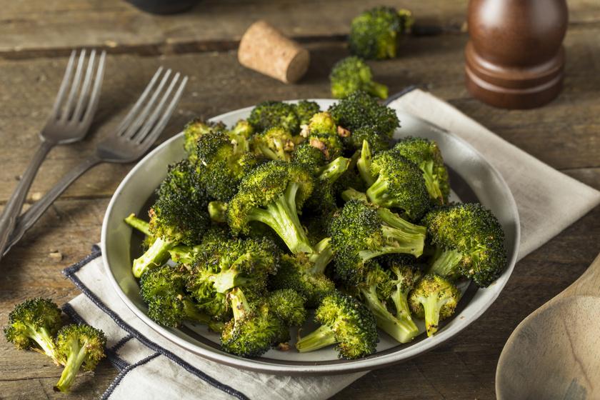 Ropogósra sült, fűszeres brokkoli: kiváló köret a hizlaló krumpli helyett
