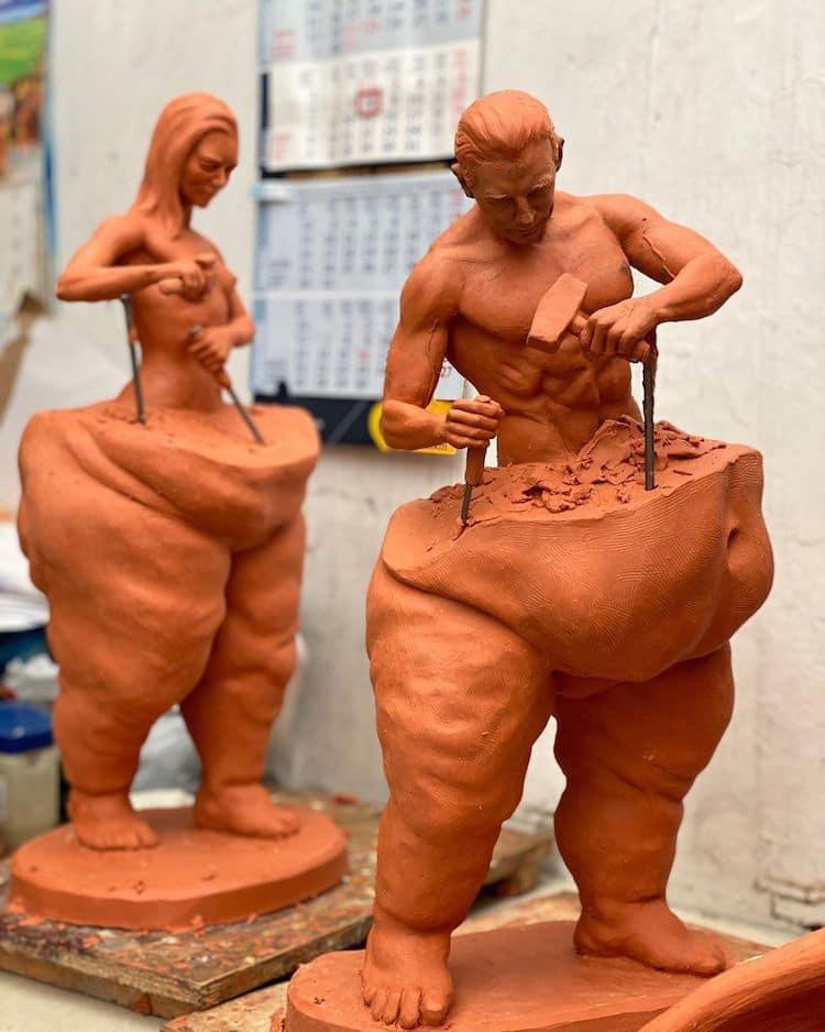 Víctor Hugo Yáñez Piña először a Saját készítésű férfi szobrot formázta meg, majd nem sokkal utána elkészítette a női figurát is.