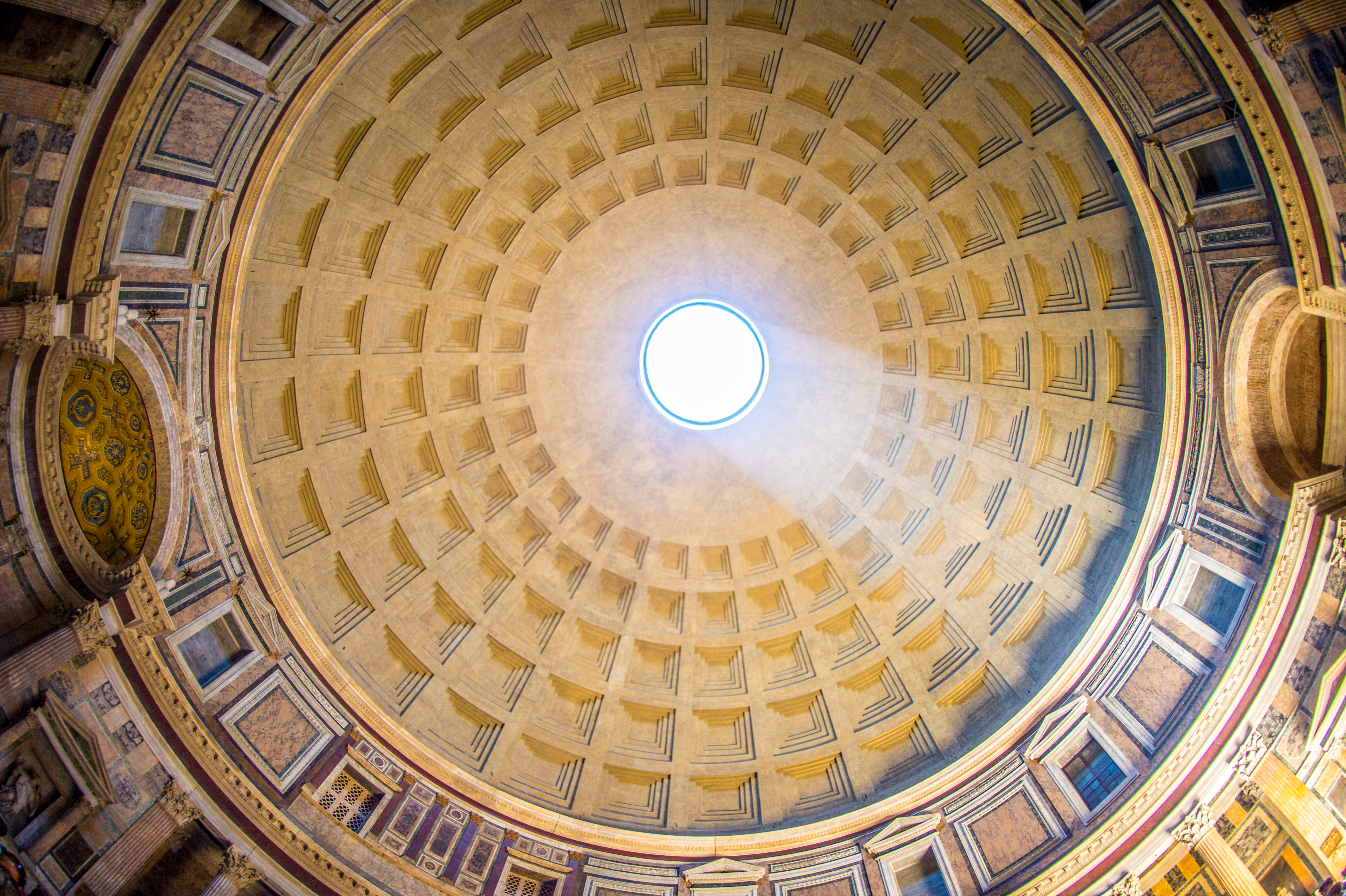 Melyik római épület híres a tetején tátongó kör alakú nyílásról, az oculusról?