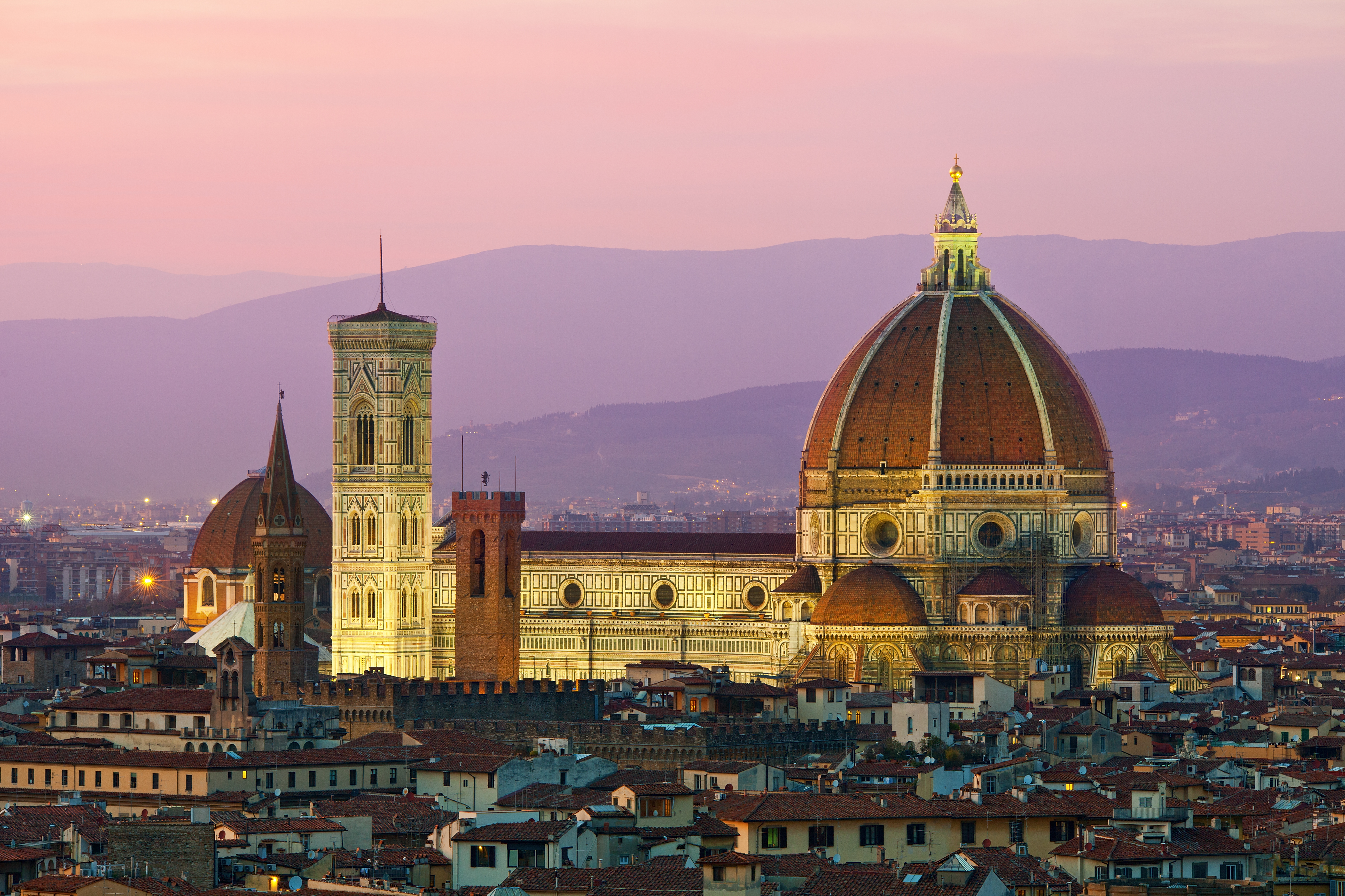 Melyik város híres a Filippo Brunelleschi által tervezett impozáns kupoláról?