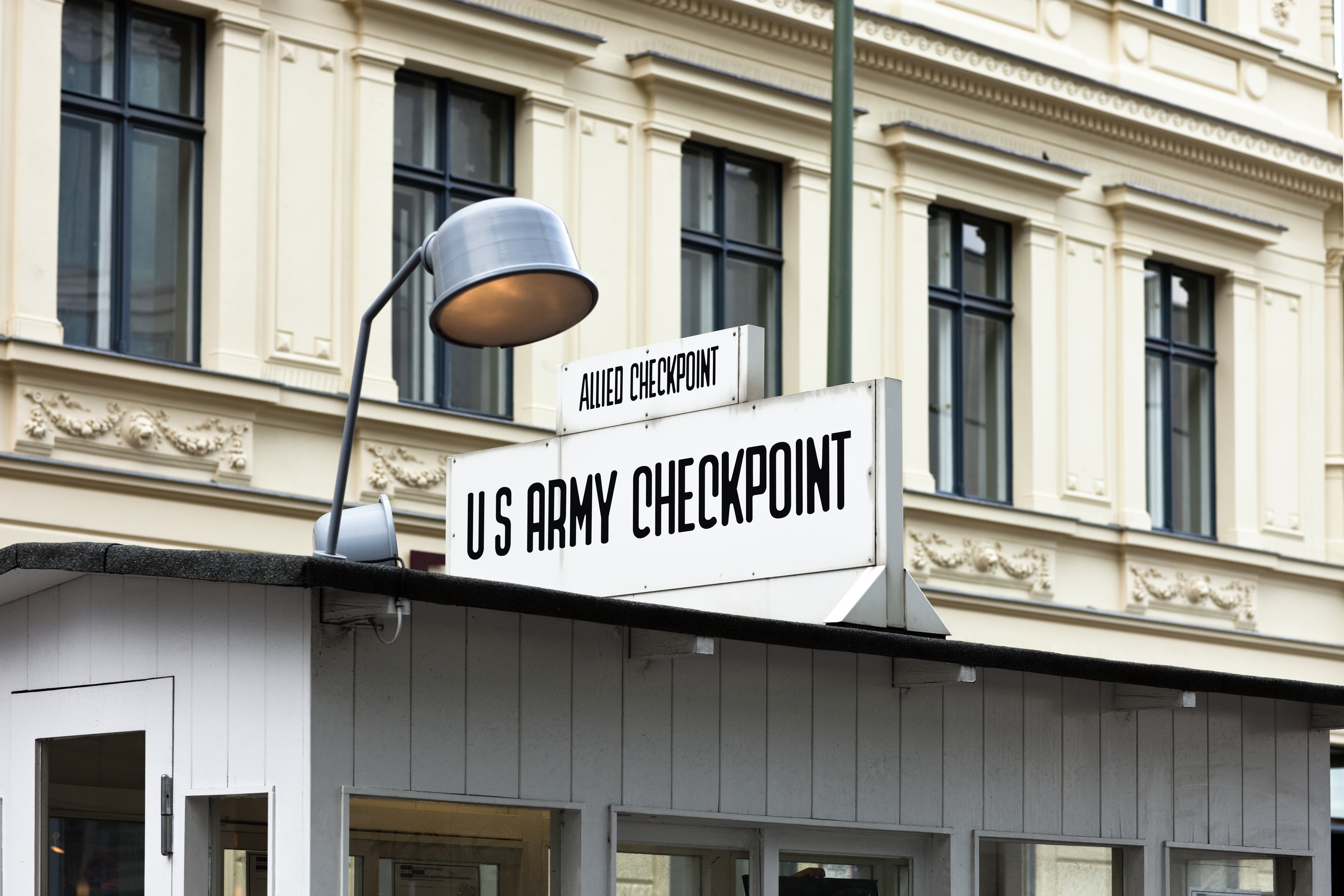 Melyik város turistalátványossága a Checkpoint Charlie környéke?