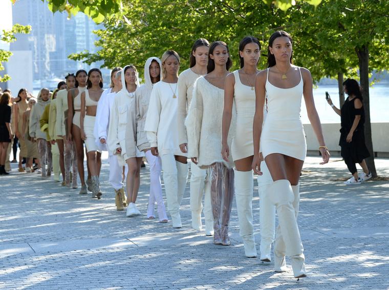 Mellesleg ugyanebben volt a celebritás férjének, Kanye Westnek is a divatbemutatója