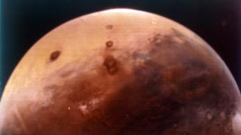 Folyékony vizet találtak a Marson