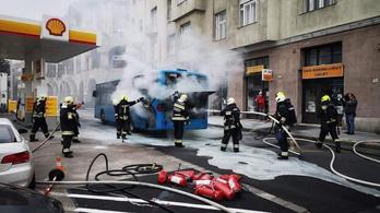 Benzinkút mellett lángolt egy busz Budán