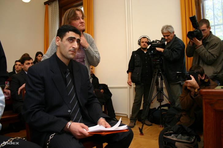 A Fővárosi Főügyészség előre kitervelten, aljas indokból és különös kegyetlenséggel elkövetett emberöléssel, valamint emberölés előkészületének bűntettével vádolta Ramil Szafarov Száhibot.