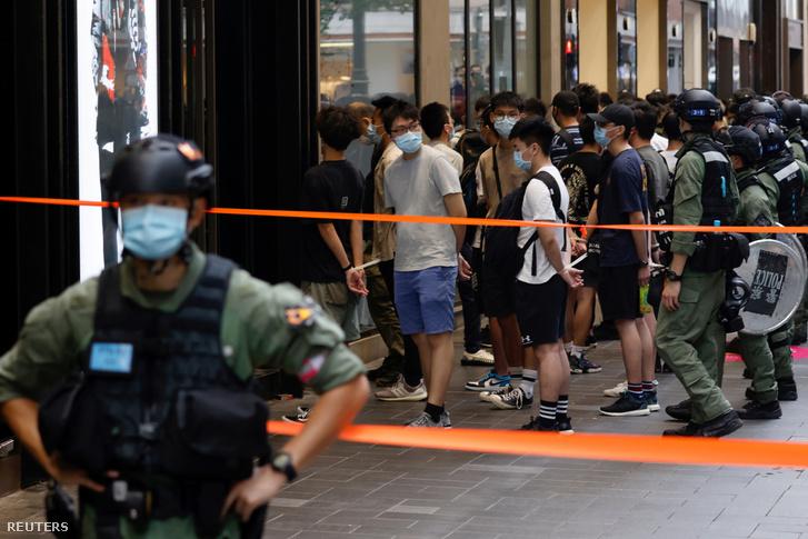 Rohamrendőrök őrizetbe vesznek embereket Hongkongban a Kínai Népköztársaság 1949-es kikiáltásának napján 2020. október 1-én