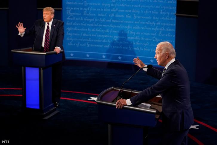 Az újraválasztásáért induló republikánus Donald Trump elnök (b) és demokrata párti kihívója, Joe Biden az ohiói Cleveland város Case Western Reserve egyetemén rendezett első elnökjelölti vitában 2020. szeptember 29-én