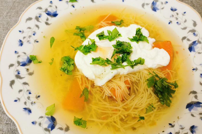 Erőleves buggyantott tojással: már egy tányérnyi gyógyítóan hat a gyenge szervezetre