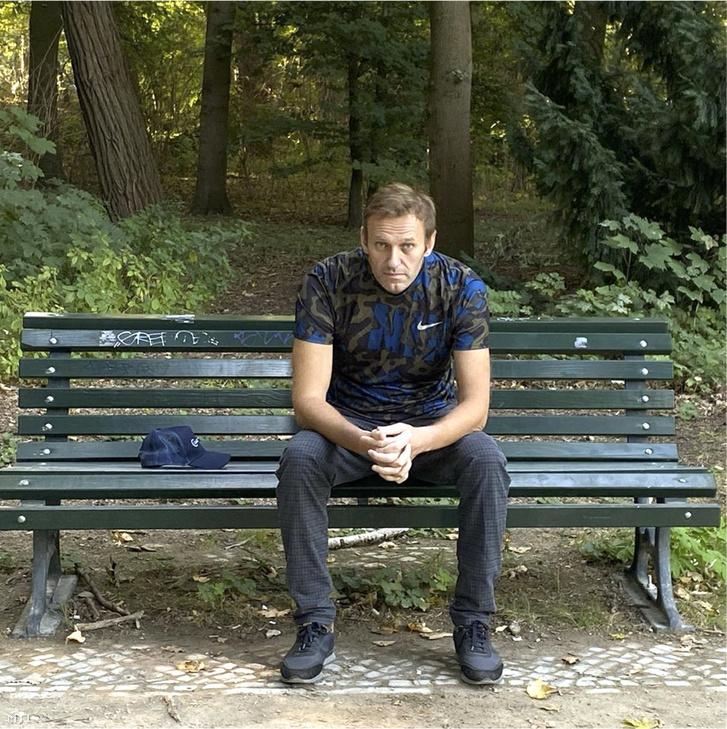 Alekszej Navalnij orosz ellenzéki politikus Instagram-oldalán 2020. szeptember 23-án közzétett dátum nélküli kép Navalnijról. Az ellenzéki politikus állapota orvosai szerint kellően javult ahhoz, hogy járóbeteg-ellátás keretében folytassák a kezelését. Az orvosok szerint jelenlegi állapota és egészsége javulásának üteme a teljes felépülés reményével kecsegtet