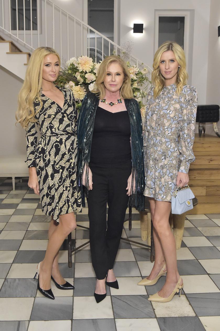 Paris és Nicky Hilton között gyönyörű édesanyjuk, Kathy látható.