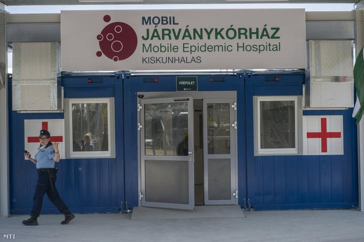 A 150 beteg befogadására alkalmas mobil járványügyi kórház a Kiskunhalasi Országos Büntetés-végrehajtási Intézet területén 2020. április 24-én.