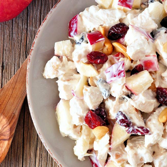 Könnyed csirkesaláta ropogós almával és dióval - Görög joghurttól krémes