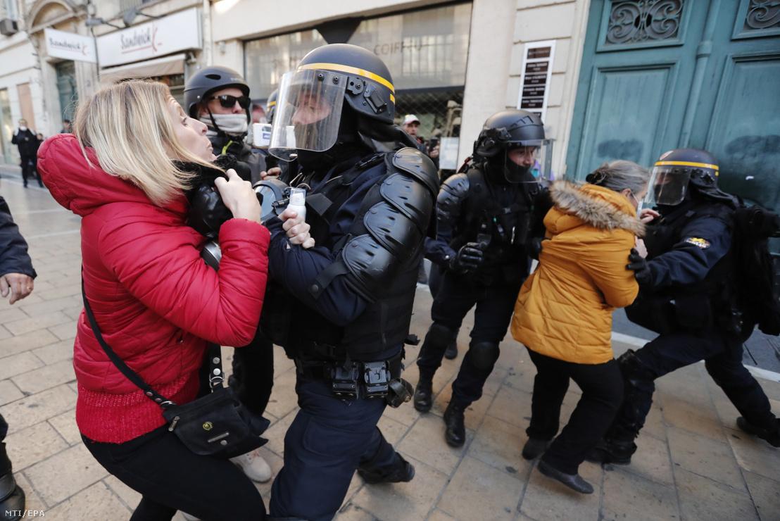 A francia kormány szociális és adópolitikája ellen tiltakozó sárgamellényesek és rendőrök dulakodnak Montpellier-ben 2019. november 9-én. A sárgamellényesek egy éve kezdték a tüntetéssorozatot Franciaországban.