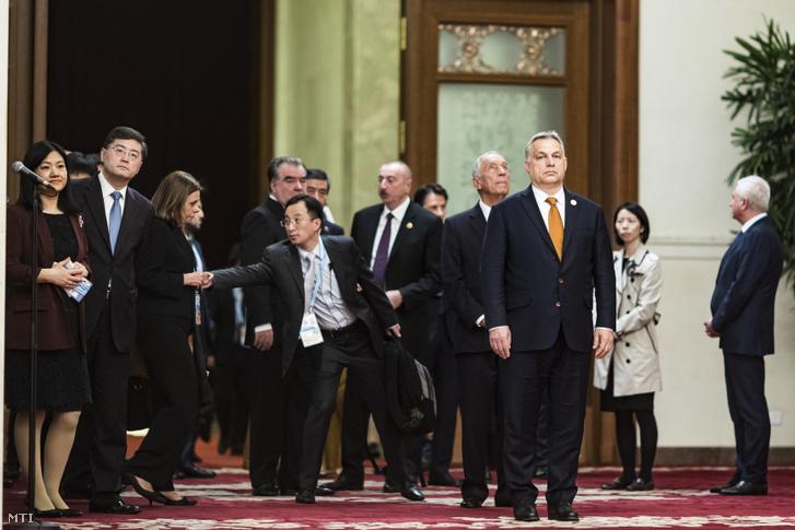 A Miniszterelnöki Sajtóiroda által közreadott képen Orbán Viktor miniszterelnök az Egy övezet egy út kezdeményezés második nemzetközi fórumának gálavacsorájára érkezik Pekingben 2019. április 26-án.