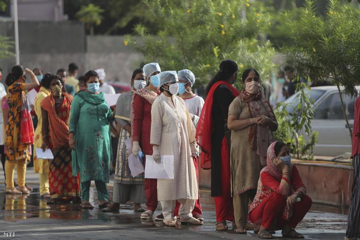 Koronavírus-tesztelésre várakozó emberek egy állami kórház elõtt az indiai Dzsammuban 2020. szeptember 15-én. Az 1,3 milliárd lakosú Indiában a koronavírussal fertõzöttek száma 5,3 millióra nõtt, ezzel a dél-ázsiai ország második az Egyesült Államok után a globális összesítésben.