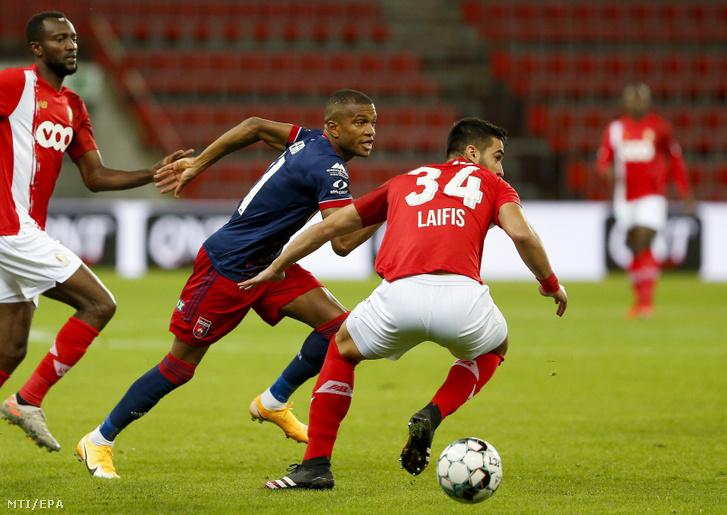 Loic Nego a MOL Fehérvár FC (b) és Kosztasz Laifisz a belga Standard Liege játékosa a labdarúgó Európa-liga selejtezõjének 4. fordulójában játszott Standard Liege - MOL Fehérvár FC mérkõzésen Liege-ben 2020. október 1-jén.