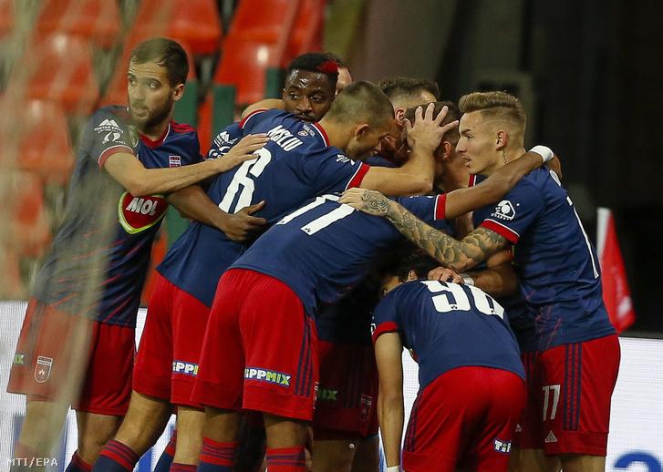A MOL Fehérvár FC játékosai ünnepelnek miután Nemanja Nikolic gólt lõtt a labdarúgó Európa-liga selejtezõjének 4. fordulójában játszott Standard Liege - MOL Fehérvár FC mérkõzésen Liege-ben 2020. október 1-jén.