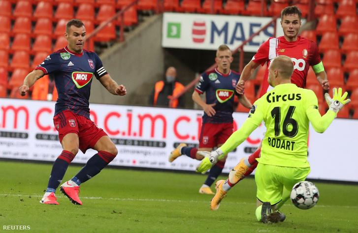Nemanja Nikolic, a MOL Fehérvár FC játékosa (b) gólt lő a labdarúgó Európa-liga selejtezőjének 4. fordulójában játszott Standard Liege - MOL Fehérvár FC mérkőzésen Liege-ben 2020. október 1-jén.