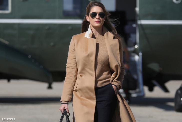 Hope Hicks érkezik az Air Force One repülőgéphez Washingtonban 2020. szeptember 30-án
