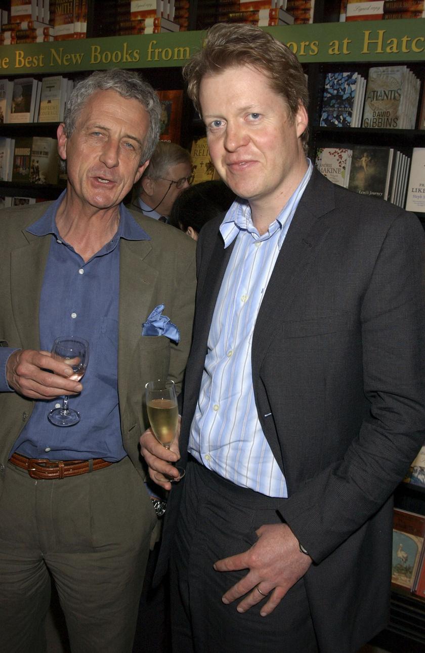 A botránykönyv írója, Robert Lacey Diana hercegnő testvére, Charles Spencer társaságában látható itt.
