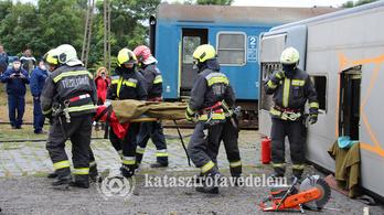 Busz ütközött vonattal – gyakorlatozott a katasztrófavédelem
