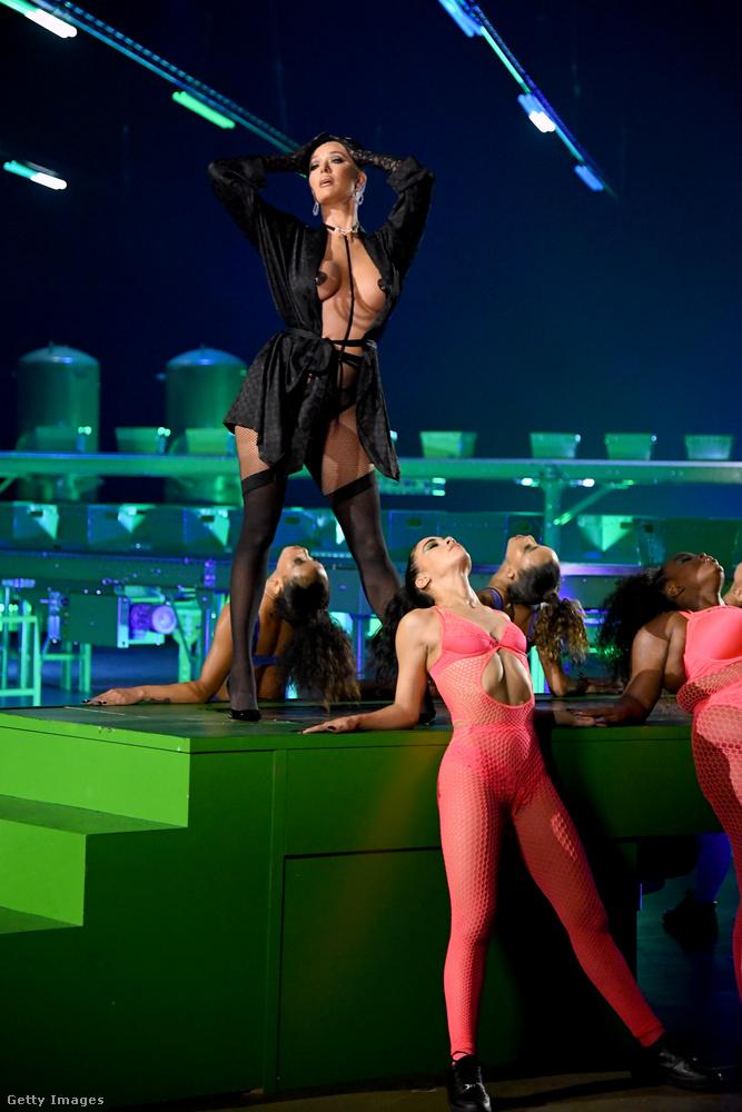 Itt Erika Jayne vadítja a közönséget néhány egyszínűbe öltöztetett kolléganőjével közösen.