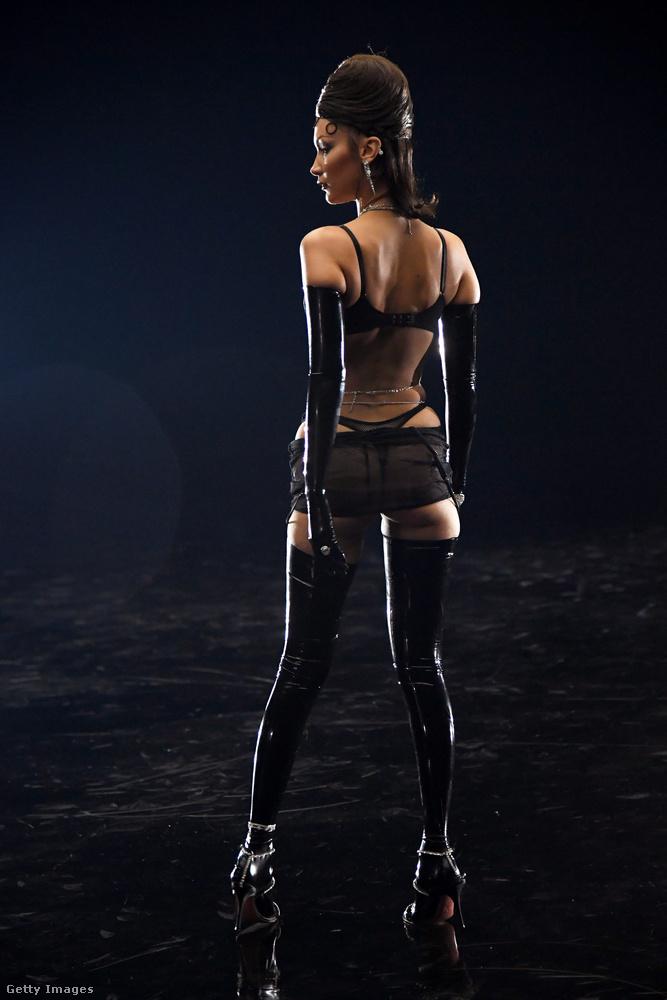 Így nézett ki Bella Hadid szettje a műsorban, hátulról.