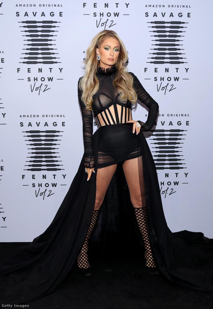 De azért egy csupafekete szettet is mutatott Paris Hilton a fotófal előtt.