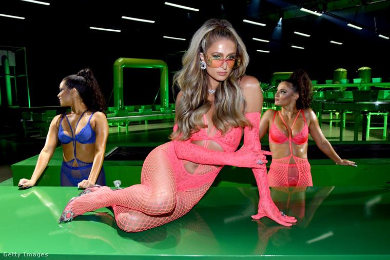 Paris Hilton vagy pont szomorú volt, vagy éppen unatkozni kezdett műsor közben, de lehet, hogy csak ilyen arca van.
