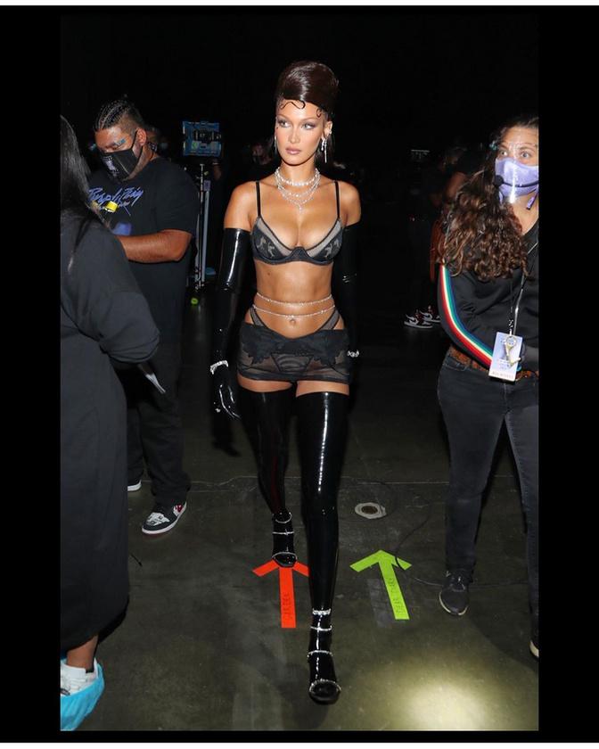 A modell többek között ezt a képet osztotta meg magáról az Instáján azzal, hogy hát nem mondhatni, hogy úgy ment volna fel a színpadra, ahogy az ágyból kikelt.