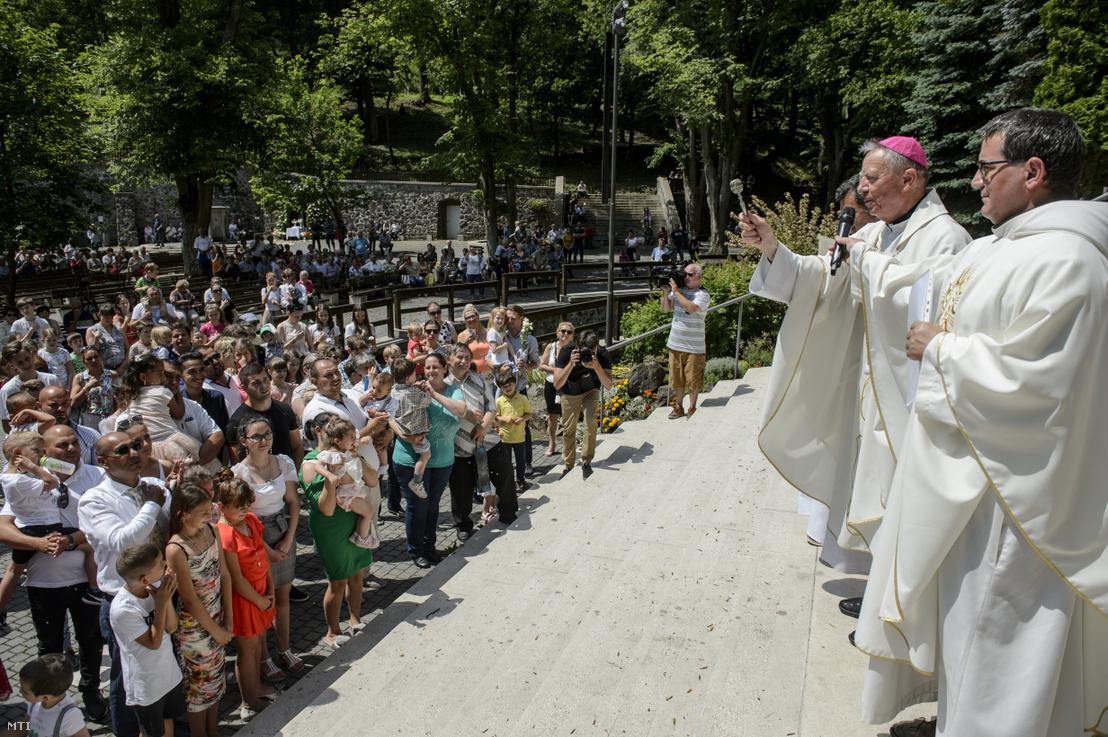 Beer Miklós nyugalmazott váci püspök (jobbról a második) gyerekeket áld meg az úrnapi misén a mátraverebély-szentkúti nemzeti kegyhelyen 2020. június 14-én