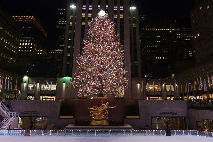 Egy karácsonyfás gyűjtésből sem maradhat ki a világ egyik legszebbje, a New York-i Rockefeller Centernél található fa. Minden évben közel 50 ezer égő világítja meg, és akár 25 méteres is lehet.