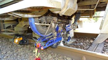 Át akart hajtani a tiloson, halálra gázolta a vonat Tiszaalpáron
