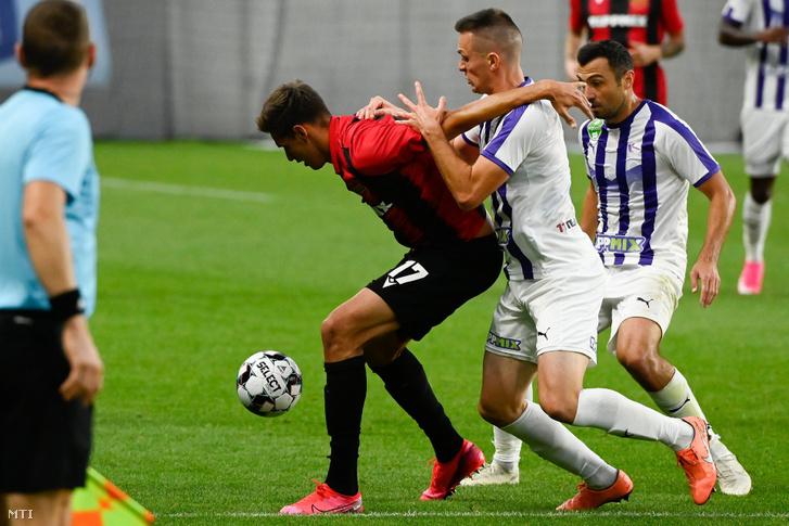 A kispesti Balogh Norbert (k) és Máté Zsolt (j2), valamint Nikola Mitrovic, az Újpest játékosa a labdarúgó OTP Bank Liga 5. fordulójában játszott Budapest Honvéd - Újpest FC mérkőzésen az Új Hidegkuti Nándor Stadionban 2020. szeptember 27-én.