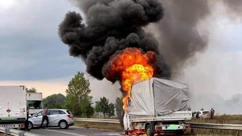 Lángokban áll egy kisteherautó a csömöri bekötőúton