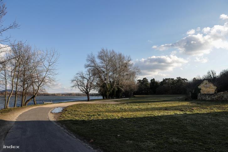 A beruházás tervezett helyszíne a tatai Öreg-tó partján