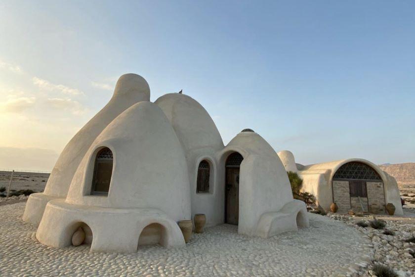 Nader Khalili ománi earthbag háza kívülről ugyan egyszerűnek tűnhet, de belül egy valóságos távol-keleti luxuslakás.