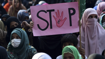 Rendőrfőnök az áldozatnak: ha többet tankol, nem erőszakolják meg