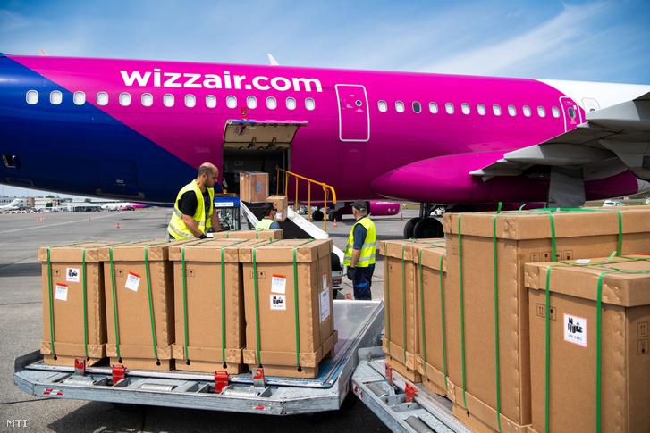 A kormany.hu által közreadott képen a koronavírus-járvány elleni védekezéshez szükséges eszközöket pakolnak ki a Wizz Air Kínából érkezett repülőgépéből a Liszt Ferenc repülőterén 2020. május 9-én. Kínából ma hét repülőgéppel 55 millió védőmaszk 600 betegőrző monitor 80 lélegeztetőgép és több ezer lélegeztetőgépekhez szükséges felszerelés érkezett az országba.