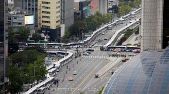 Buszokból épített fallal előzi meg a tüntetéseket a dél-koreai rendőrség