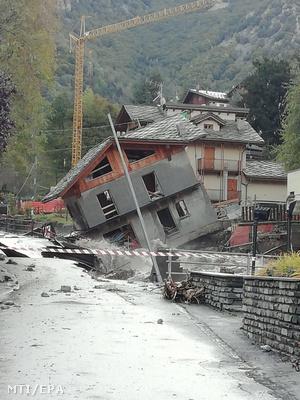 A hatalmas esőzés nyomán kialakult árvizek és földcsuszamlások következtében megdőlt lakóház Piemont régióban levő Cuneo településen 2020. október 3-án.