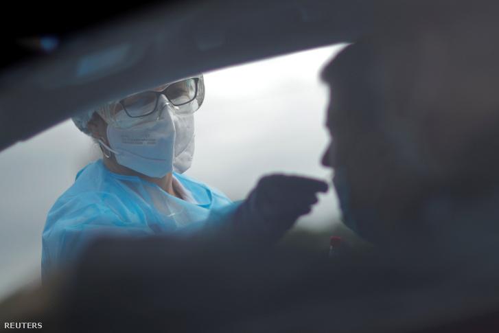 Koronavírus-tesztet végez egy egészségügyi dolgozó Nantes közelében