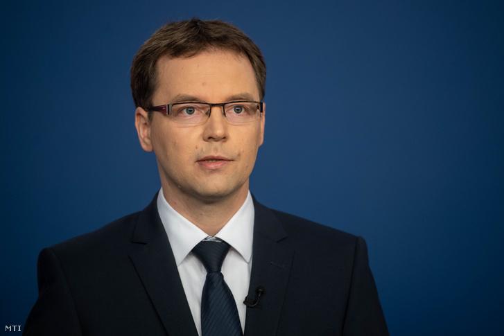 A kormany.hu által közreadott képen Izer Norbert a Pénzügyminisztérium adóügyekért felelõs államtitkára a koronavírus-fertõzés elleni védekezésért felelõs operatív törzs online sajtótájékoztatóján 2020. április 25-én.