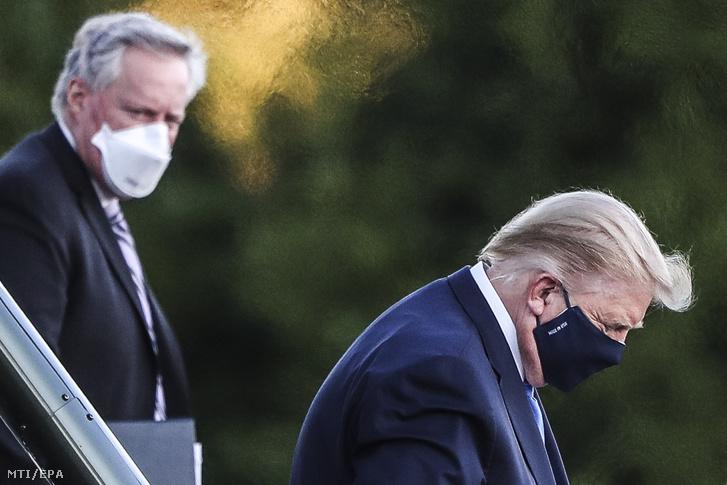 Donald Trump amerikai elnök kiszáll a helikopterből, amellyel a Bethesdában lévő Walter Reed katonai kórházba szállították 2020. október 2-án. Az elnöknél és feleségénél korábban koronavírus-fertőzést állapítottak meg. Trump elővigyázatosságból orvosai tanácsára ment kórházba, ahol néhány napot tölt. Balról Mark Meadows a Fehér Ház kabinetfőnöke.